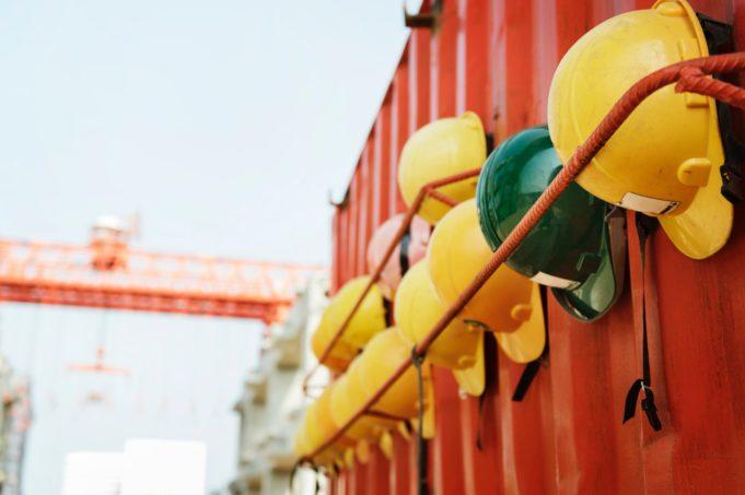 Arbeidshjelmer henger på container