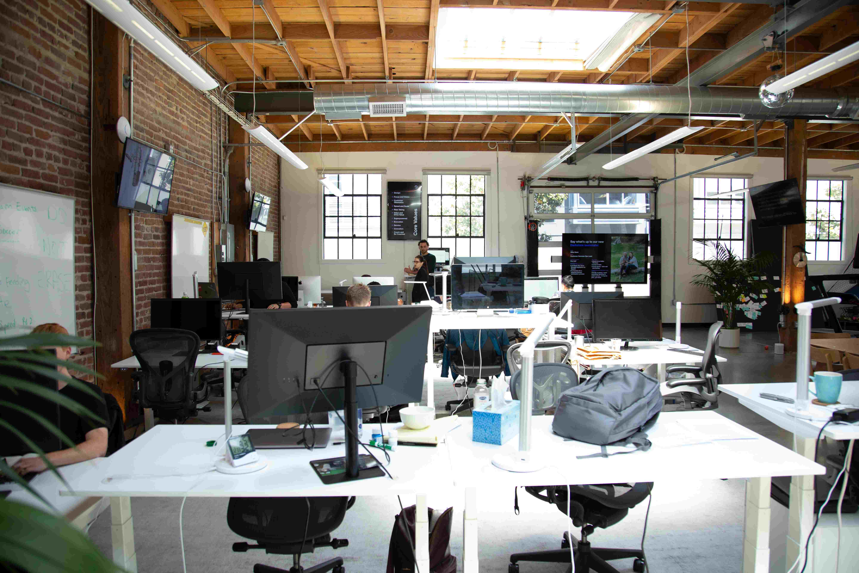 Bilde av et lyst og åpent kontorlandskap