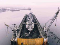 Bilde av et skip med oljerigg