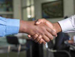 Fotografi av noen som tar hverandre å hånda