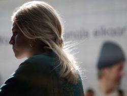 Bilde av kvinne med blondt hår som står med ryggen til kamera
