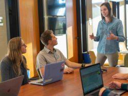 Fotografi av mennesker som snakker sammen på kontoret